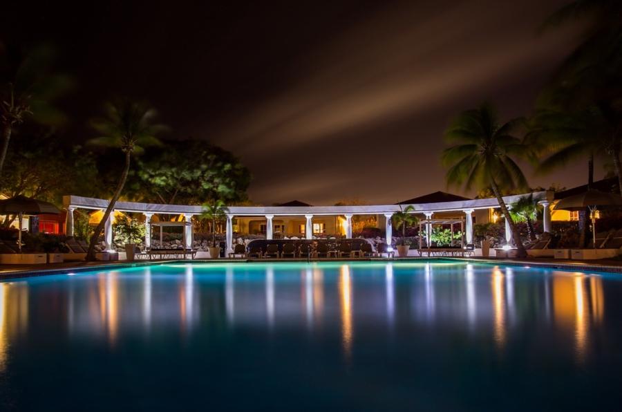 pool-384573_1280
